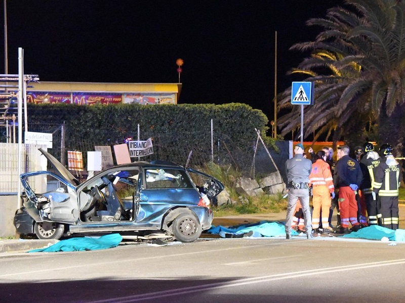 Tragedia a Carrara: 4 giovani morti in un incidente stradale